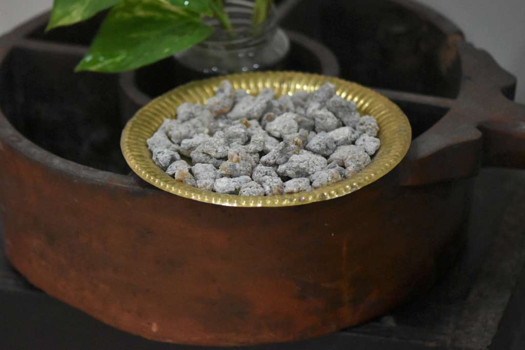 Boswellia-serrata-in-traditional-wooden-vessel